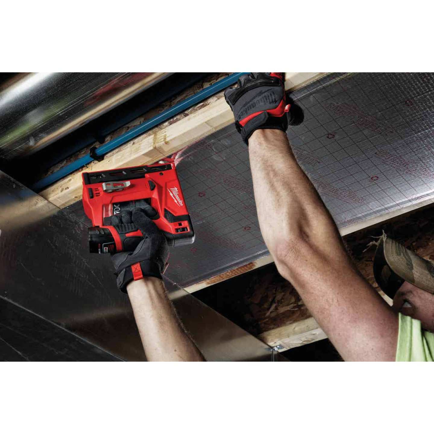 Milwaukee M12 12-Volt Lithium-Ion 3/8 In. Crown Cordless Finish Stapler Kit Image 2